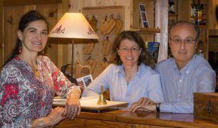 Valérie, Agnès et Dider, propriétaires du Chalet d'en Hô notre hotel et spa dans les Alpes du Sud