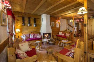 Salon et coin cheminée au Chalet d'en Hô à Névache